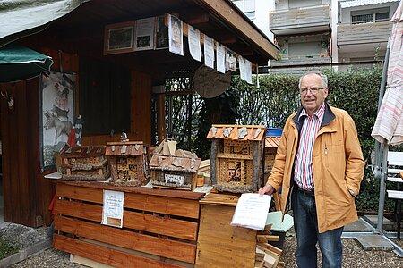 Bernhard Gomm in seiner Garten-Werkstatt.