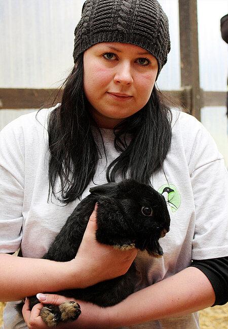 Myriam Laser mit einem geretteten Kaninchen