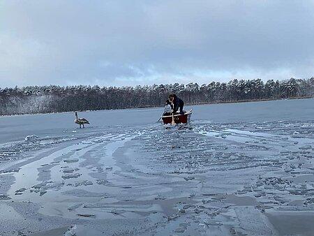 Tierpflegerin Myriam im Boot