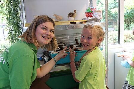Tierschutzpädagogin Xenia Tregub erklärt die Ausstellungsstücke.