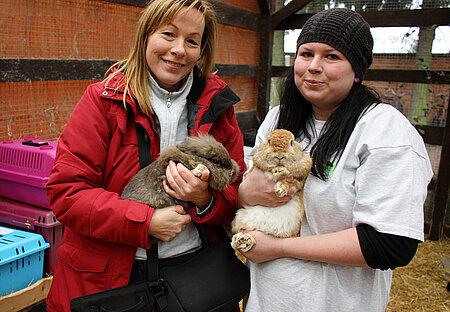 Ursula Bauer (li.) und Myriam Laser (re.) mit zwei Kaninchen in Neu-Lübbenau
