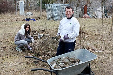 Karo und Andy sammeln Granit-Pflastersteine
