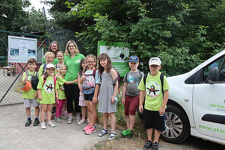 Tierheimleiterin Myriam Laser (li) und Tierschutzpädagogin Xenia Tregub (re) verabschieden sich von den Kindern.